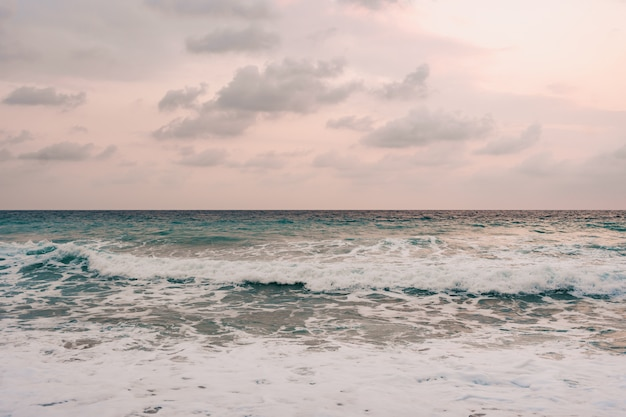 Morze i tło błękitnego nieba.