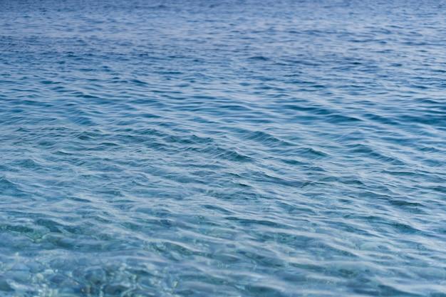 Morze karaibskie fala powierzchni lato tło. egzotyczny krajobraz wodny z chmurami. naturalny tropikalny raj wodny. relaks na łonie natury. podróżuj na tropikalnej wyspie.