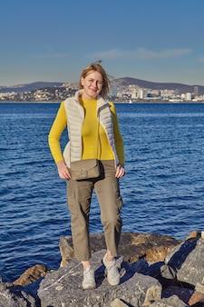 Morze marmara w pobliżu stambułu młoda kobieta pozuje przed wodą