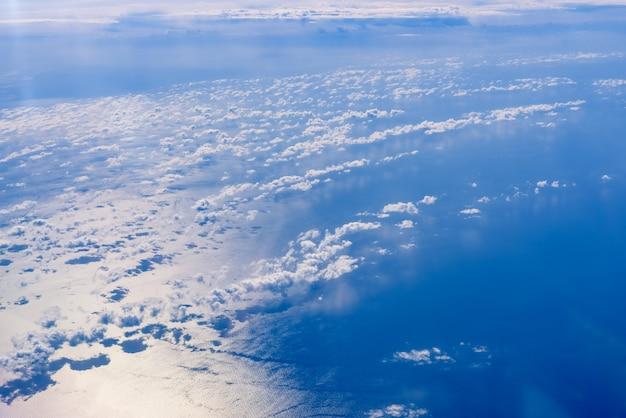 Morze niebieskich i białych chmur widziane z góry.