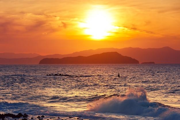Morze o zachodzie słońca, chania, kreta, grecja