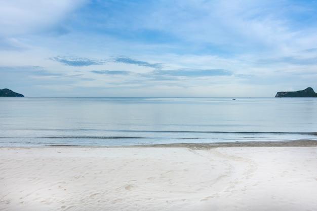 Morze plaża i błękitne niebo w zatoce tajlandii.