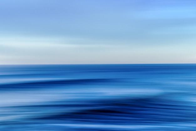Morze podczas kolorowego zachodu słońca z efektem ruchu - fajny obrazek do tapet i tła