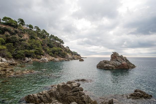 Morze śródziemne na wybrzeżu costa brava lloret de mar, hiszpania