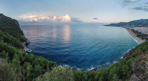 Morze śródziemne. plaża wczesnym rankiem w alanyi w turcji.