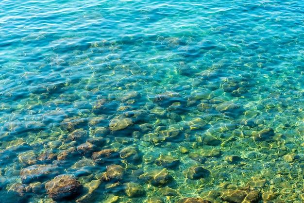 Morze śródziemne w turcji. widok na wodę i kamienie. czysta woda.