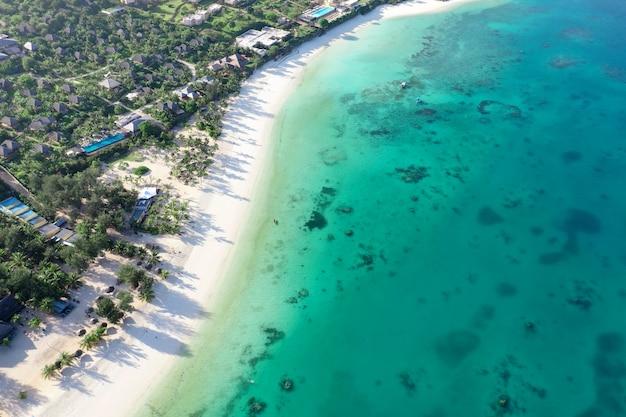 Morze tropikalne. niesamowity widok z lotu ptaka na zanzibarze