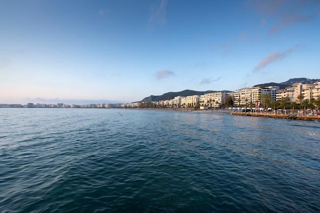 Morze w mieście albanii.