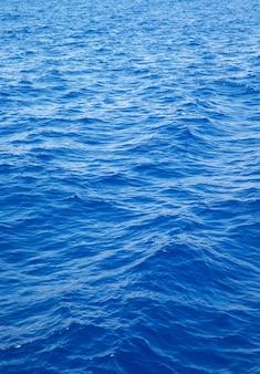 Morze w tle. błękitna woda z refleksami słońca
