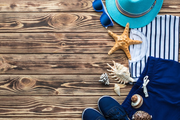 Morze w tle. dzieciaka `s materiał na drewnianym tle. płaskie jeszcze ubrania dla dzieci.