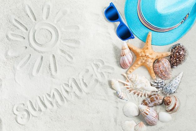 Morze w tle. obrazek słońce na białym piasku. ubrania dla dzieci płaskie nadal top-veiw