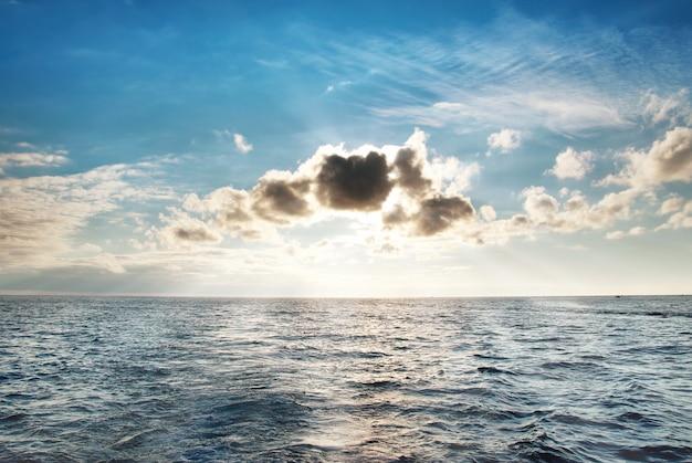 Morze z błękitną wodą, niebem i chmurami. pejzaż morski