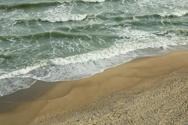 Morze z falami na pięknej, piaszczystej plaży