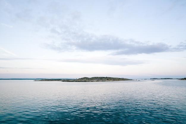 Morze z górą pod pięknym niebem