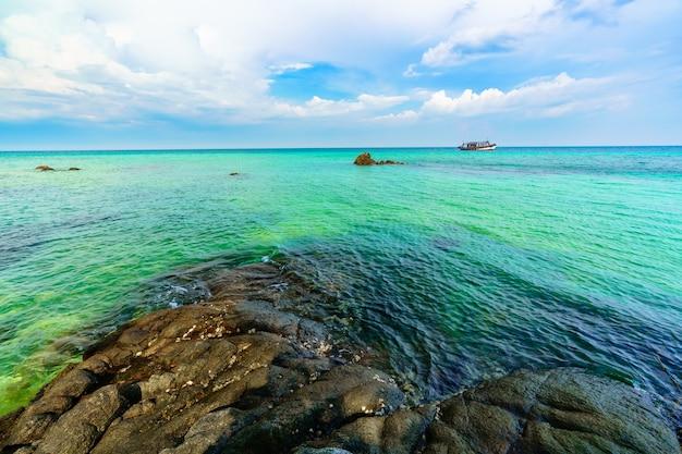 Morze z kamienną skałą na wyspie koh munnork, rayong, tajlandia