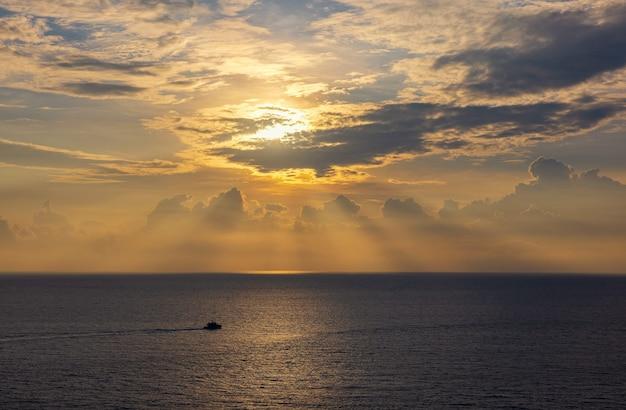 Morze zachód słońca kolorowe morze natury, niebo i statek