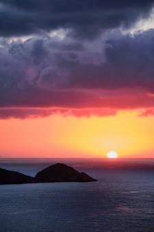 Morze zachód słońca w grecji