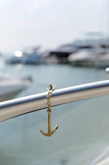 Morze złote jachty kotwiczne na morzu w słońcu, nieostre