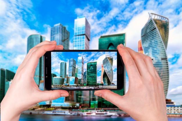 Moscow city, rosja nowoczesne centrum wieżowców. turysta robi zdjęcie