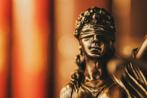 Mosiężna figurka sprawiedliwości z zasłoniętymi oczami