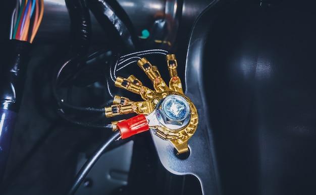 Mosiężne złącze uziemiające układu elektrycznego samochodu