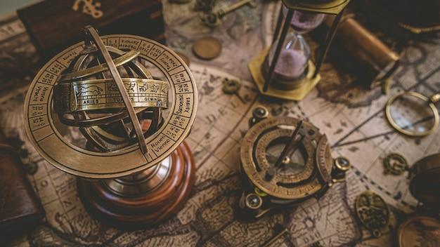 Mosiężny zegar słoneczny z znakami zodiaku