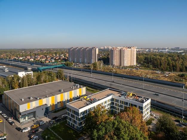 Moskiewska dzielnica na obrzeżach miasta, widok z lotu ptaka jesienią.