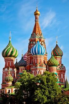 Moskiewska katedra z jasnym niebieskim niebem