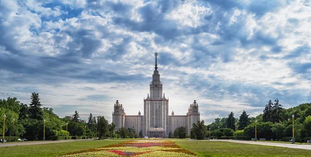 Moskiewski uniwersytet łomonosowa i szeroki kwietnik z kwiatami