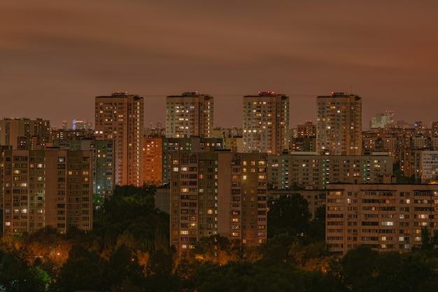 Moskwa mieszkaniowych mieszkań nocny widok, z jaskrawymi pomarańczowymi oświetleniowymi okno, moskwa, rosja