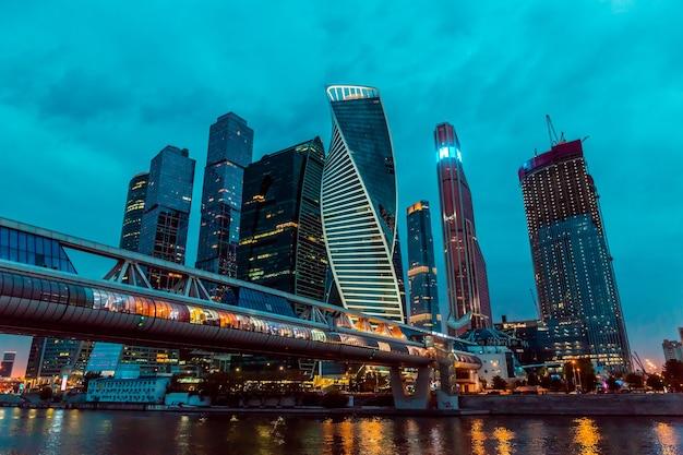 Moskwa, rosja, 20 sierpnia 2021 upływ czasu noc miejskiego centrum biznesowego centrum miasta moskwa z wysokimi budynkami. gród oświetlonego miasta.