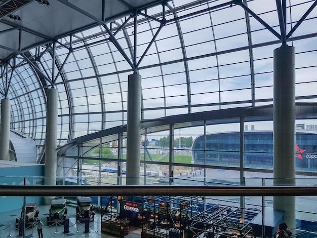 Moskwa, rosja-31 maja 2021: wnętrze z pasażerami lotniska domodiedowo imienia wielkiego rosyjskiego naukowca michaiła łomonosowa.