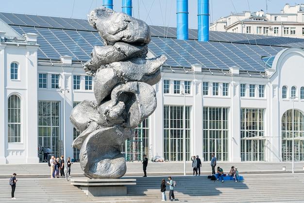 """Moskwa, rosja. 31 sierpnia 2021. nowoczesna rzeźba ursa fischera """"wielka glina nr 4"""" na nasypie."""