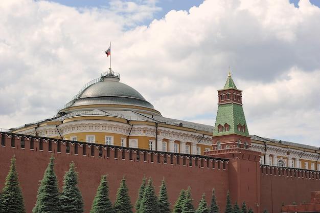 Moskwa, rosja - 6 czerwca 2021: widok na mur kremla i budynek senatu na terytorium kremla na placu czerwonym w moskwie