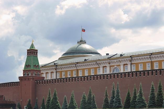Moskwa, rosja - 6 czerwca 2021: widok na mur kremla i budynek senatu