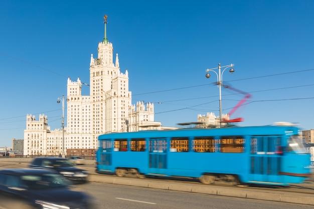 Moskwa, widok na miasto z wieżowcem i ruchem