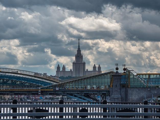 Moskwa z dworcem kolejowym i budynkiem uniwersytetu