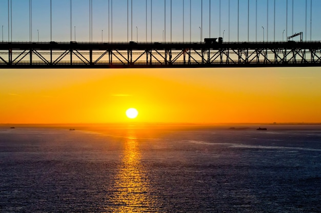 Most 25 Kwietnia O Wschodzie Słońca, Lizbona, Portugalia Premium Zdjęcia