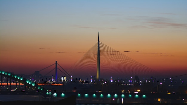 Most ada na rzece sava o zachodzie słońca w belgradzie, serbia