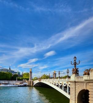 Most alexandre w paryżu w jasny, słoneczny dzień na wiosnę