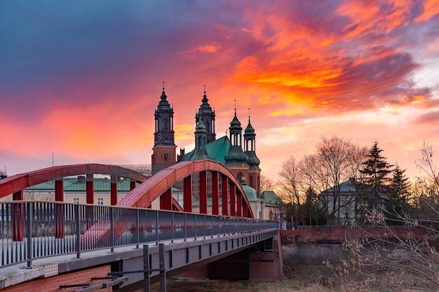 Most biskupa jordana nad rzeką cybiną i katedra poznańska przy zachodzie słońca, poznań.