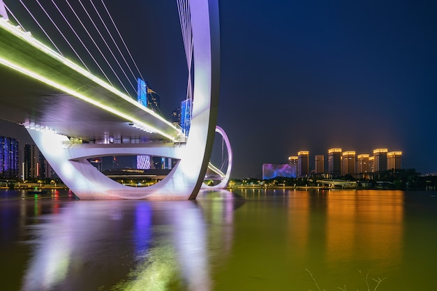 Most dla pieszych eye of nanjing i miejska panorama w dzielnicy jianye, nanjing, chiny