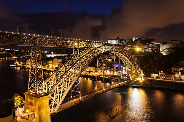 Most dom luis i to metalowy most łukowy, który obejmuje rzekę douro między miastami porto i vila nova de gaia w portugalii
