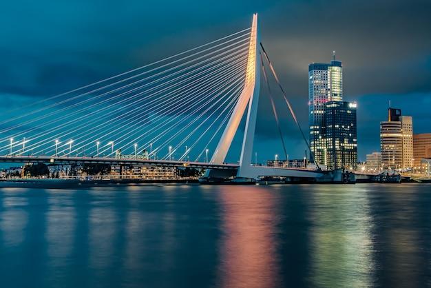 Most erazma oświetlony w nocy