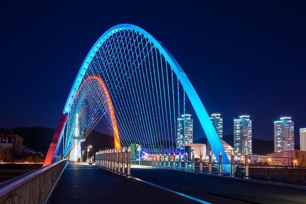 Most expro nocą w daejeon w korei
