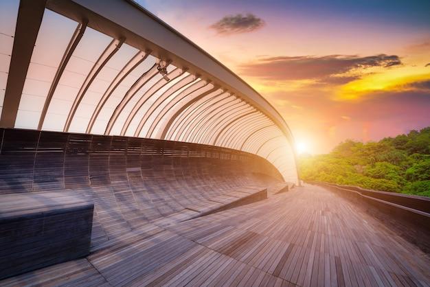 Most falowy henderson o zachodzie słońca w singapurze.