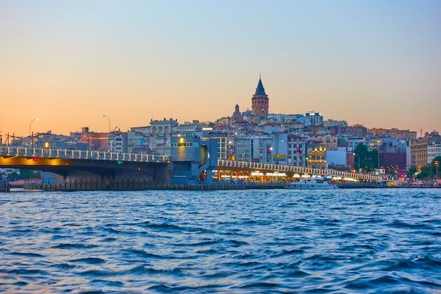 Most galata nad wlotem złotego rogu w stambule nocą, turcja