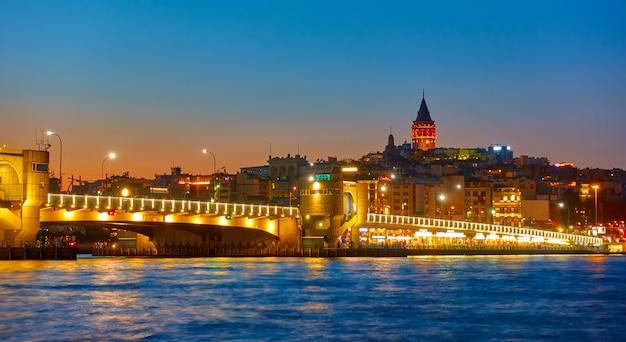 Most galata nad zatoką złoty róg w stambule nocą, turcja