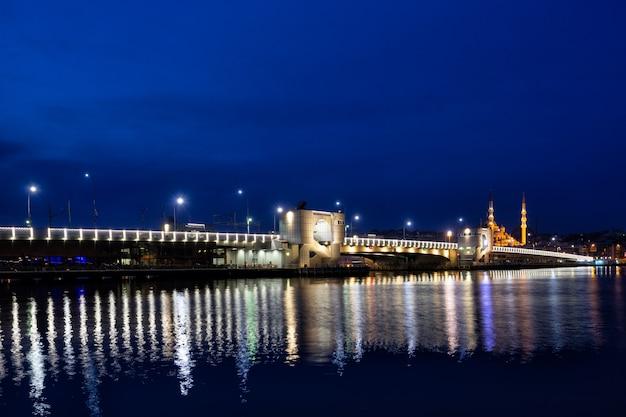 Most galata oświetlony w nocy przez światła