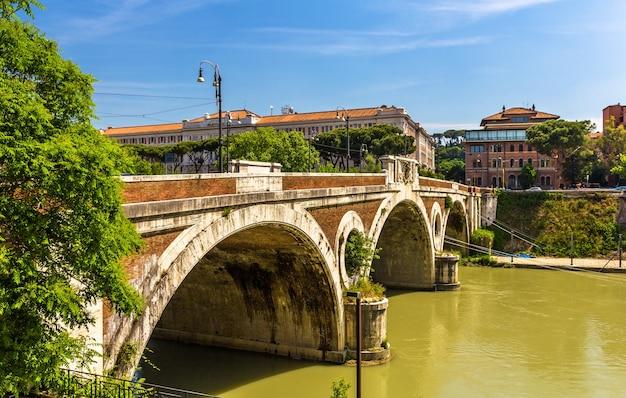 Most giacomo matteottiego na tybrze w rzymie